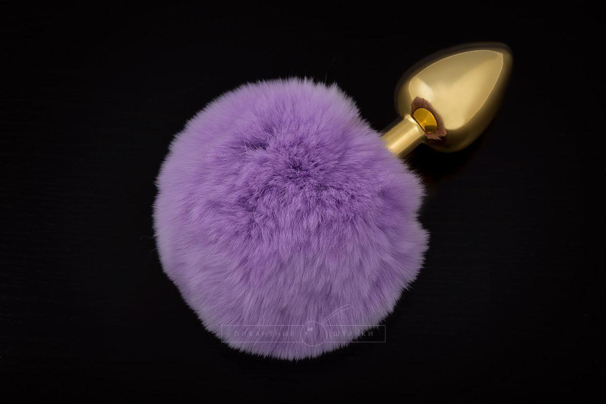 Маленькая золотистая пробка с пушистым фиолетовым хвостиком