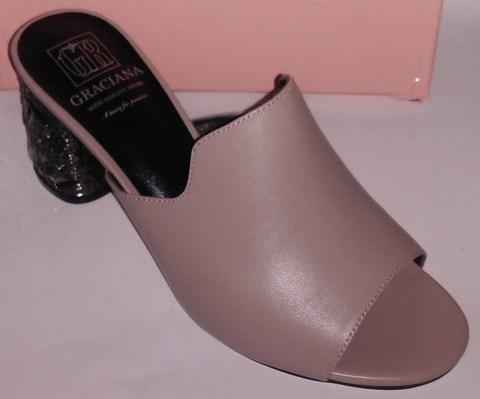 Бежевые кожаные сабо на устойчивом каблуке с дополнительной фурнитурой