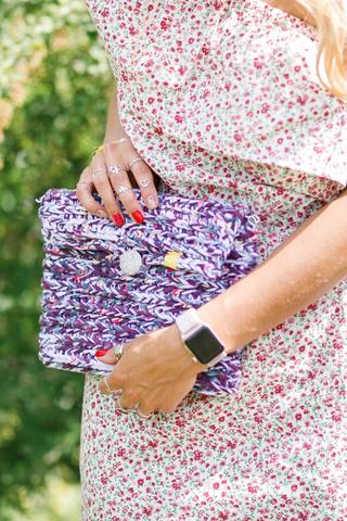 Сумка вязанная крючком белая с фиолетово-синими вкраплениями