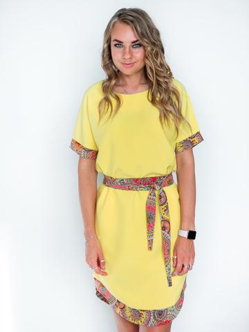 Платье желтое с красным поясом