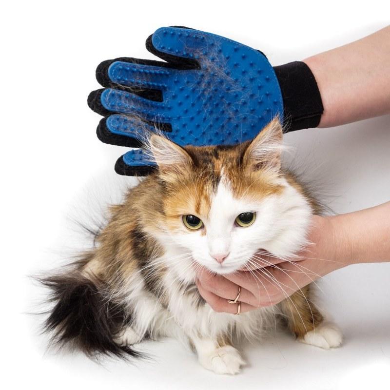 Перчатка True Touch для вычесывания шерсти животных