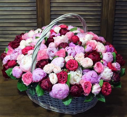 Корзина с пионами и пионовидными розами