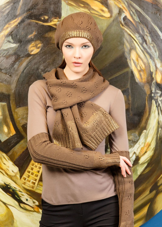 Шарф Ш807-032 - Шикарный широкий шарф темно-карамельного цвета служит не только необходимым аксессуаром в холодное время года, но и прекрасно украшает образ. На концах модель приобретает золотое цветовое завершение, акцентируя на себе внимание. Создать комплект можно с помощью шапки и рукавов из этой же серии.