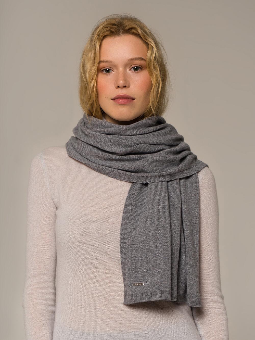 Женский шарф серого цвета - фото 1