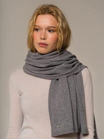 Женский шарф серого цвета - фото 2