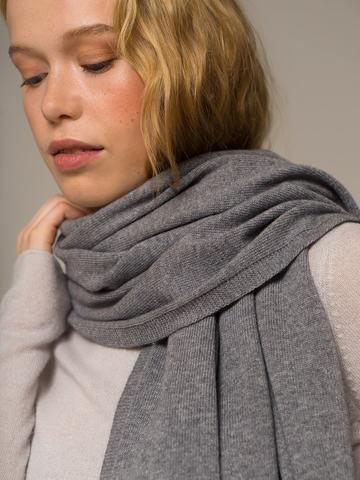 Женский шарф серого цвета - фото 4