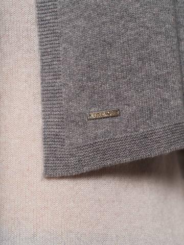 Женский шарф серого цвета - фото 3