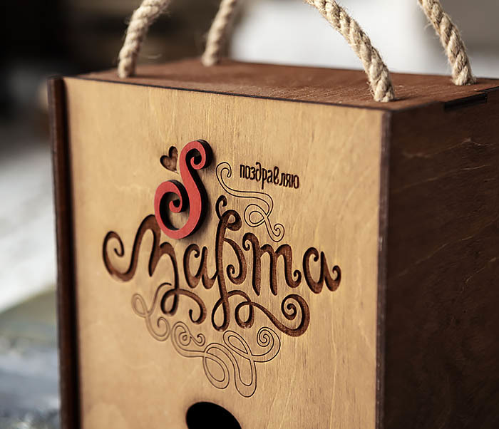BOX219-2 Коричневая подарочная коробка с ручками «8 МАРТА» (17*17*10 см) фото 02