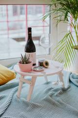 Складной столик нежно-розового цвета