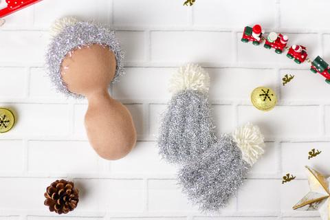 Серебристая вязаная шапка ручной работы для куклы