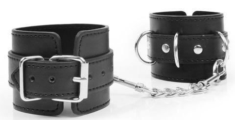 Черные наручники с металлическими застежками и цепочкой