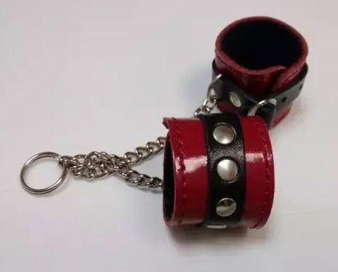 Брелок в виде красо-чёрных наручников