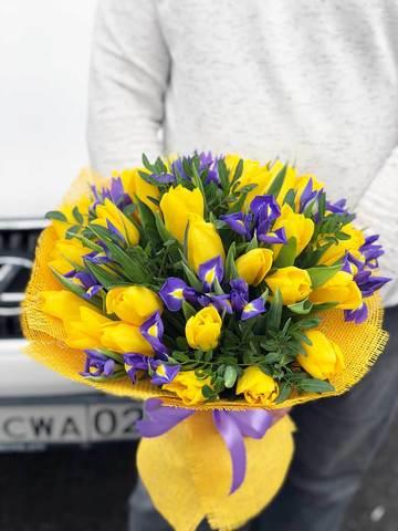 Букет из желтых тюльпанов и синих ирисов