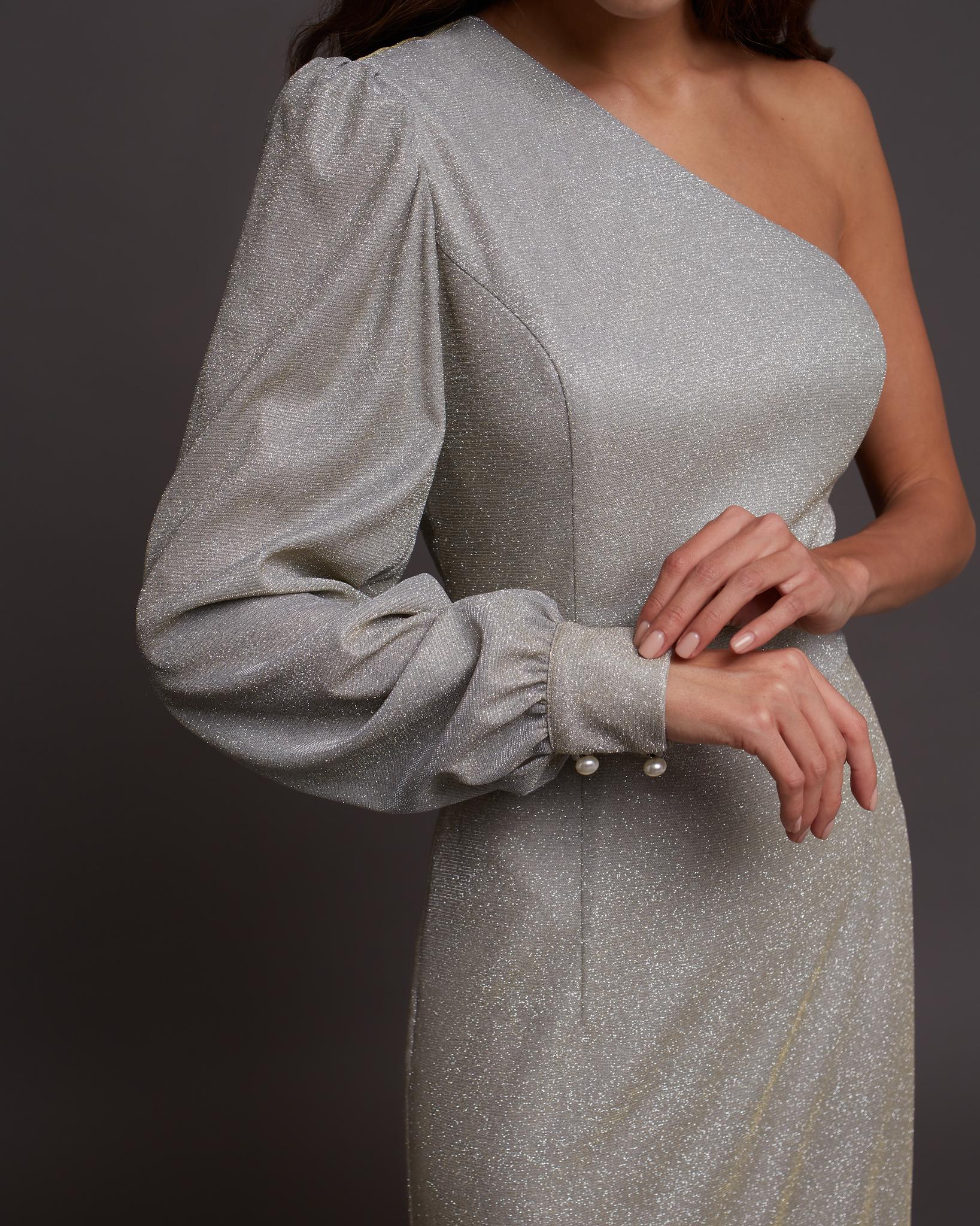 Платье на одно плечо светло-серого цвета