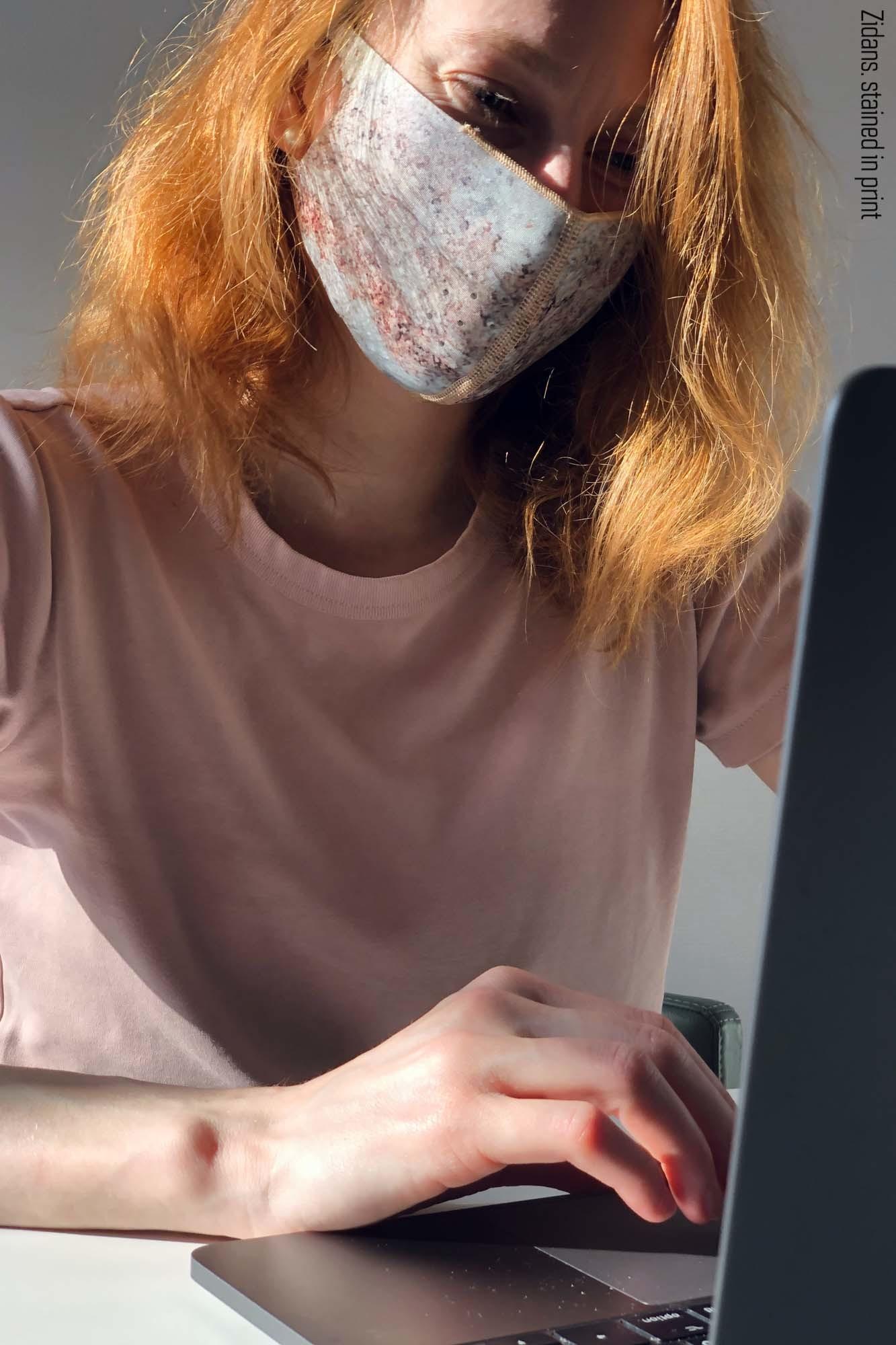 Многоразовая маска, испачканная принтом