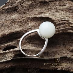 Кольцо с белым нефритом. Perlus.