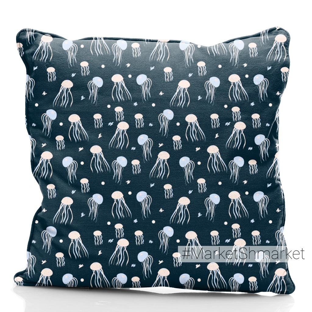 Медузы в море