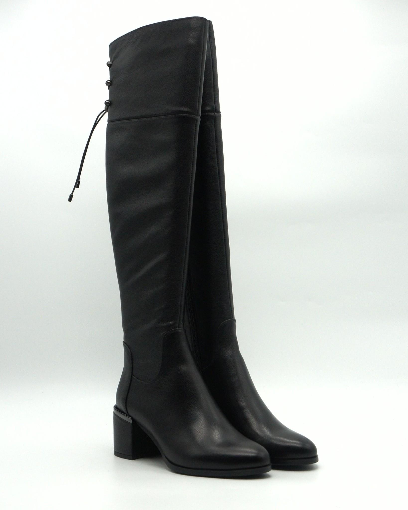 Черные кожаные ботфорты на устойчивом каблуке