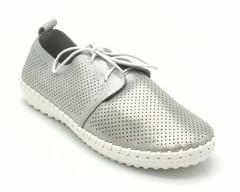 Полуботинки с перфорацией на шнурках.