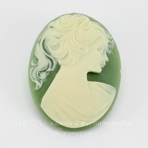 """Камея """"Девушка с хвостиком"""" цвета слоновой кости на зеленом фоне 40х30 мм ()"""