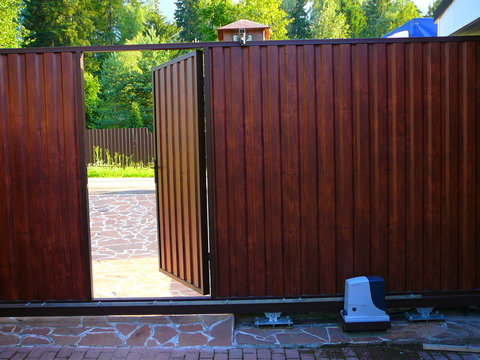 Откатные ворота из профнастила со встроенной калиткой с электроприводом