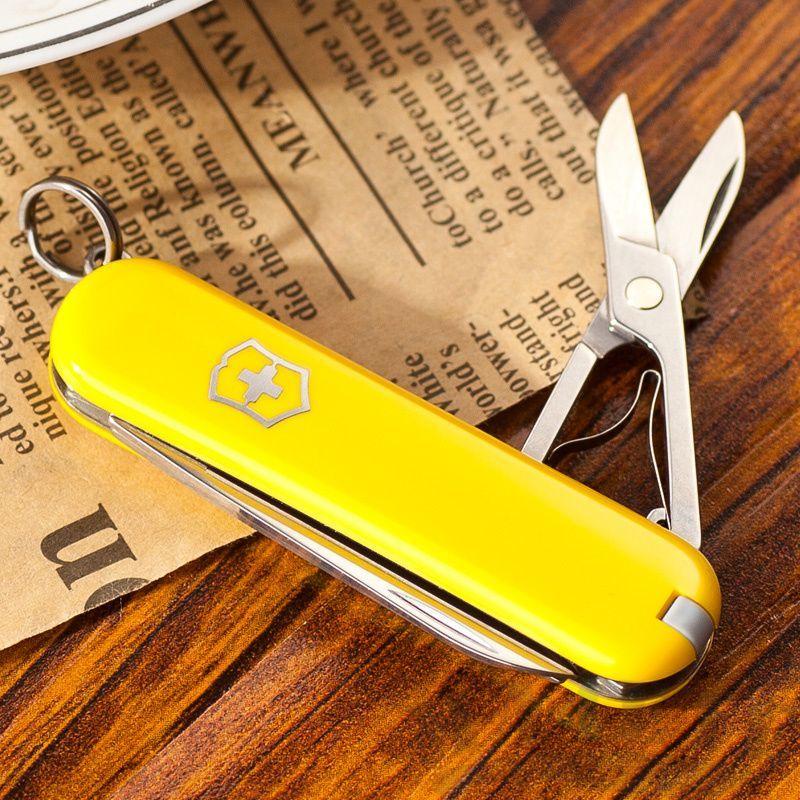 Нож-брелок Victorinox Classic Yellow (0.6223.8) 7 функций, 58 мм. в сложенном виде, цвет жёлтый   Wenger-Victorinox.Ru