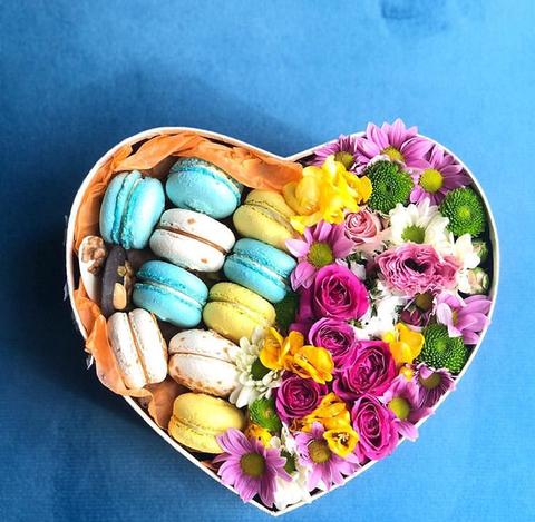 ყიდვა ყვავილები ყუთში მაკარონი თბილისში. ბუკეტი მიწოდების, ონლაინ გადახდა