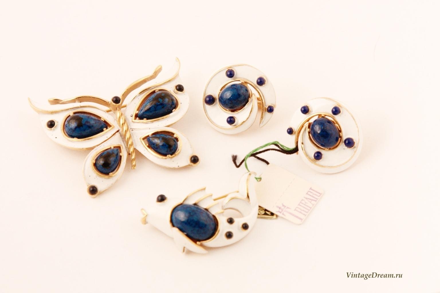 Стильные клипсы с эмалью и синими кабошонами от Trifari.