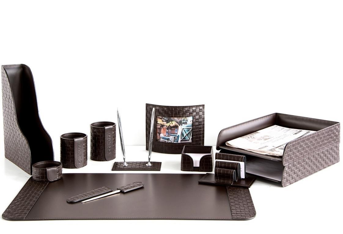 На фото набор на стол руководителя артикул 60915-EX/CT 12 предметов выполнен в цвете темно-коричневый шоколад кожи Cuoietto Treccia и Cuoietto. Возможно изготовление в черном цвете.