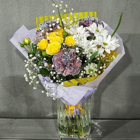 Букет из желтых роз и хризантем