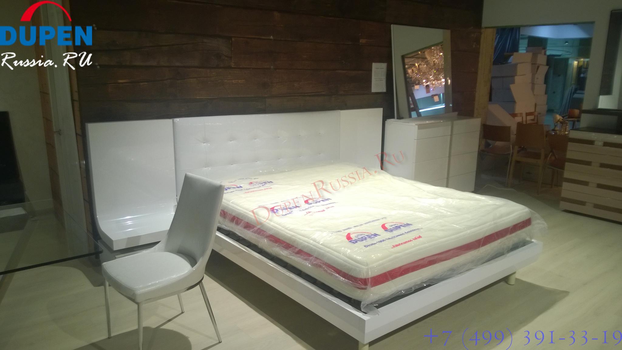 Стул ESF 217 белый на фоне спальни Fenicia Mobiliario GRANADA