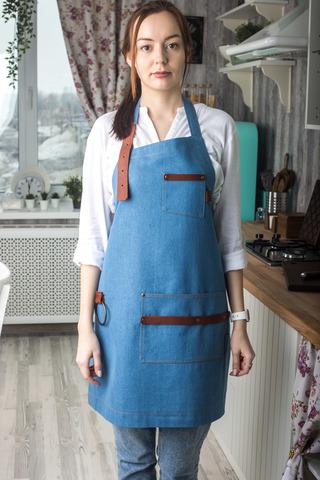 Женский джинсовый фартук голубого цвета
