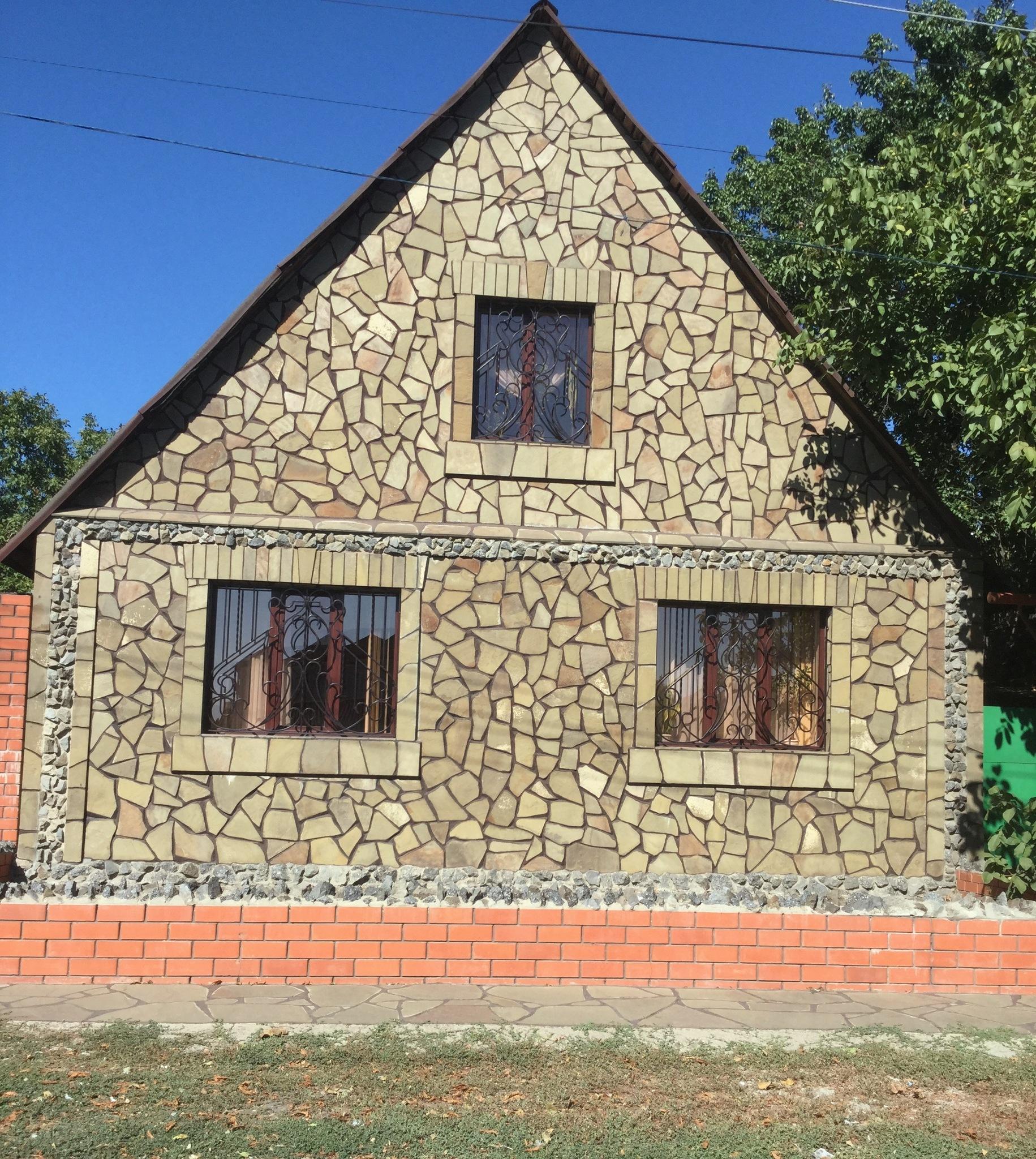 Облицовка фасада дома Песчаником плитняком Болотным