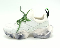 Кроссовки белые с яркой шнуровкой на утолщенной подошве