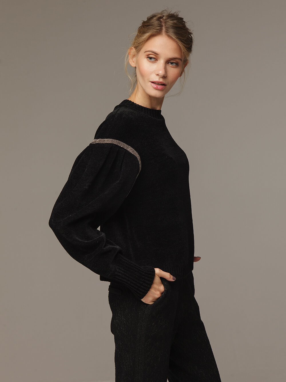 Женский черный джемпер с объемными рукавами - фото 1