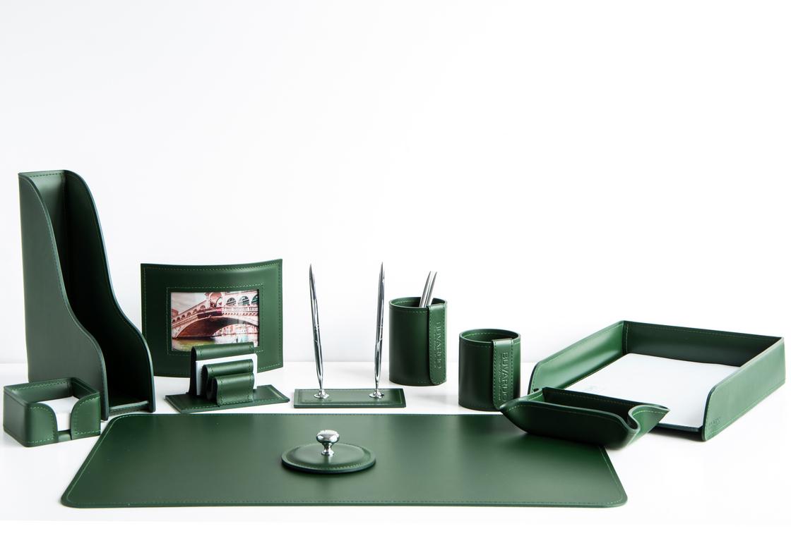На фото набор на стол руководителя артикул 1704-СТ 11 предметов выполнен в зеленой коже Cuoietto. Возможно изготовление в другом цвете.