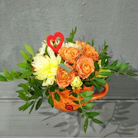 Огненные розы и желтые хризантемы в милой кружке