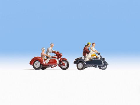Мотоциклы с коляской (4 мотоциклиста, собака и мотоциклы)