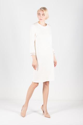 Фото молочное фактурное платье полуприлегающего силуэта с кружевной окантовкой рукавов - Платье З320-244 (1)