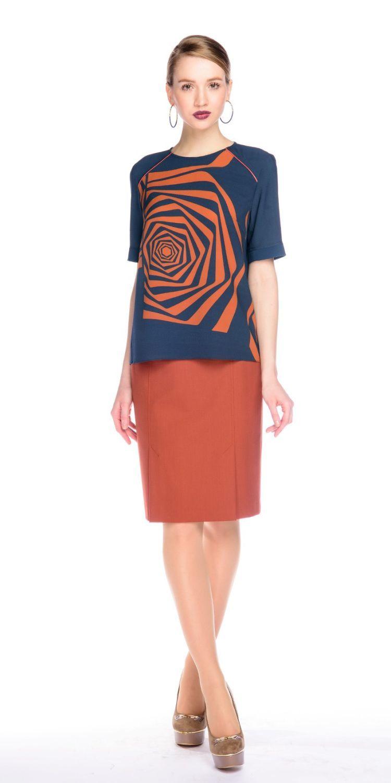 Блуза Г565-537 - Блузка прямого силуэта с втачным рукавом. Плечевые кокетки оформлены контрастным кантом. Эффектный принт в виде графичной розы.