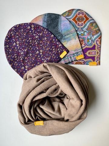 Комплект шерстяной бежевый с фиолетовым с цветочный узором