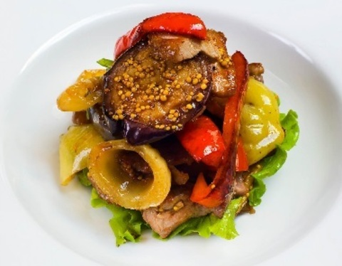 Теплий салат з телятиною та овочами гриль