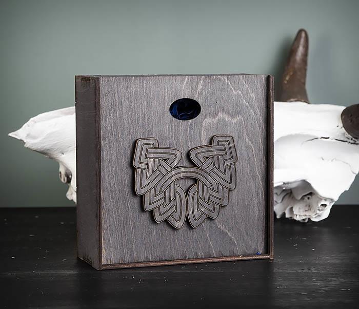 BOX218-1 Подарочная коробка из  дерева с бородой (17*17*7 см)