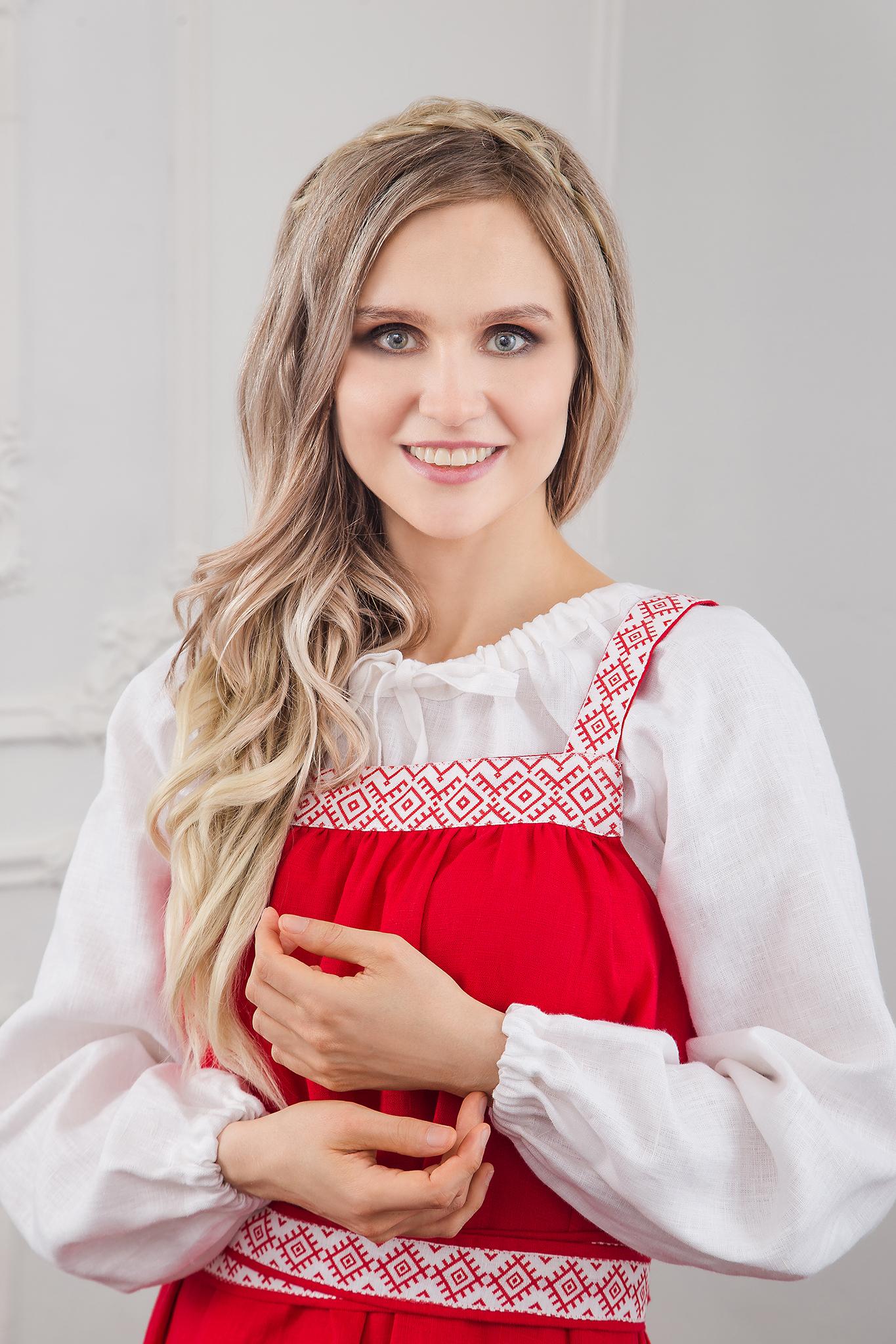 Фото традиционного народного сарафана на красном льне с белой блузой