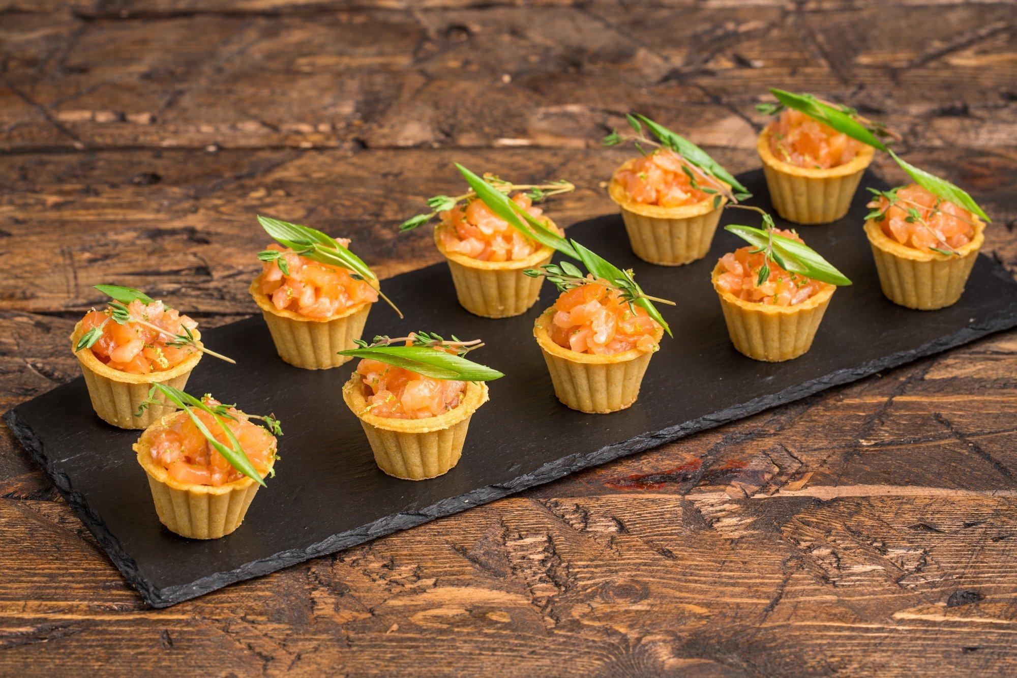 Мини тарталетка с тар - таром из лосося