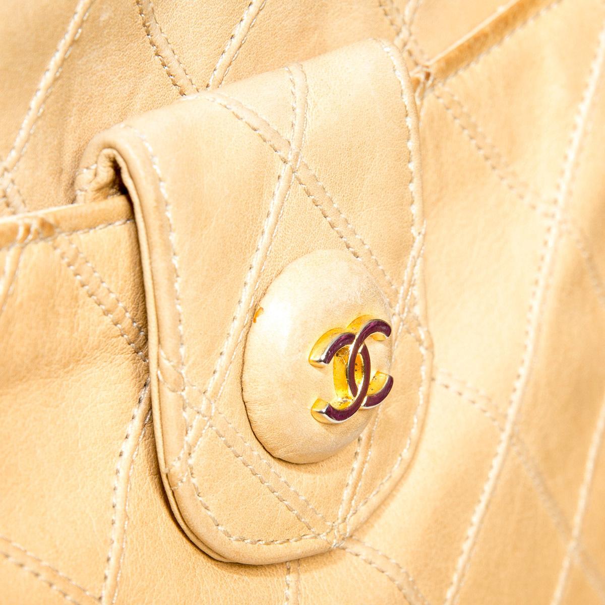Элегантная сумка-клатч бежевого цвета от Chanel