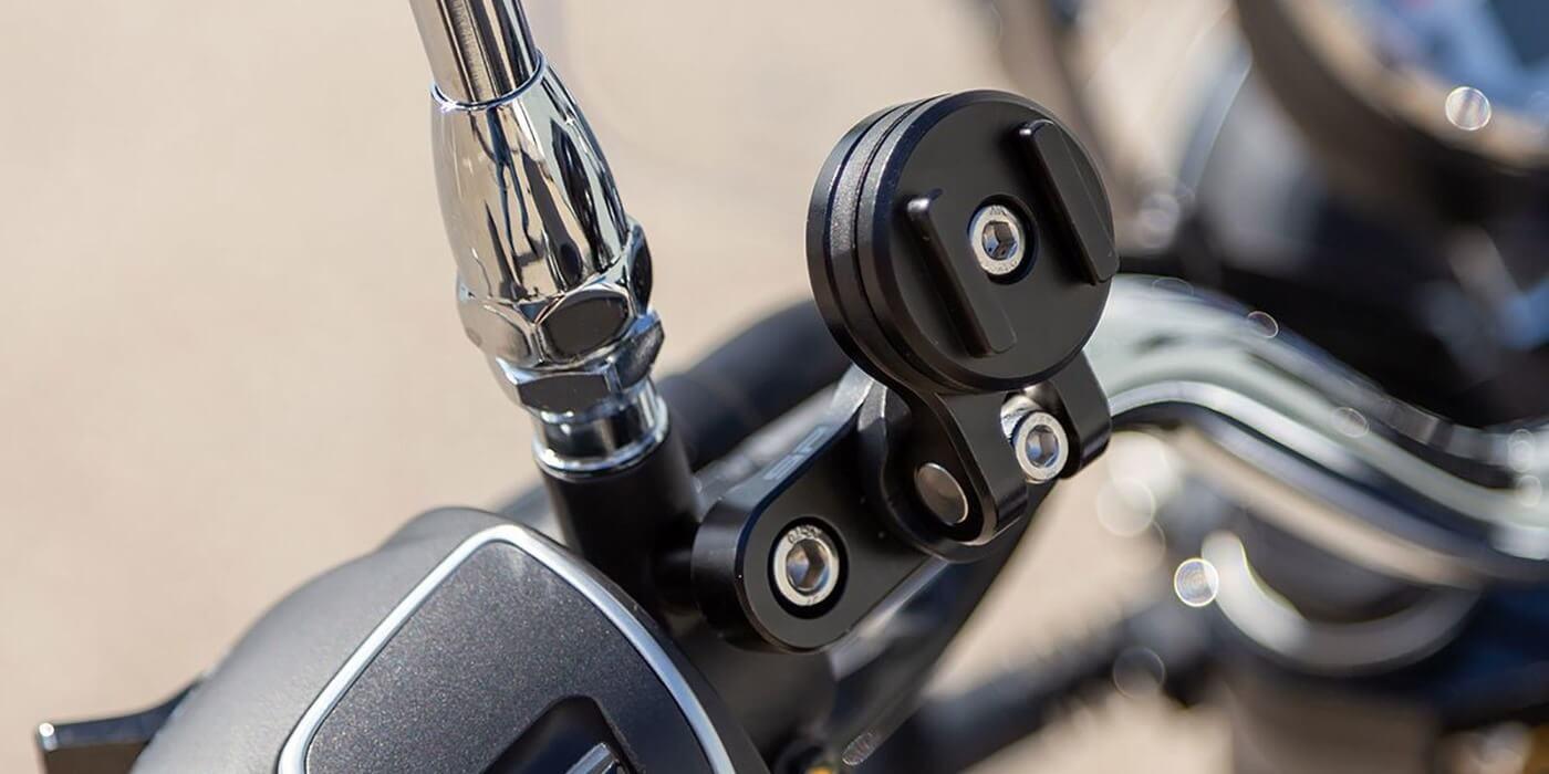 Винтовое поворотное крепление на руль мотоцикла SP Clutch Mount Pro пример использования
