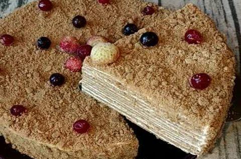 Безглютеновый торт-Медовик украшен лесными ягодами