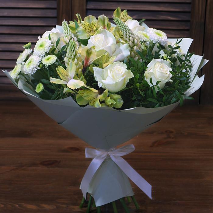 Купить небольшой светлый букет с белыми розами в Перми