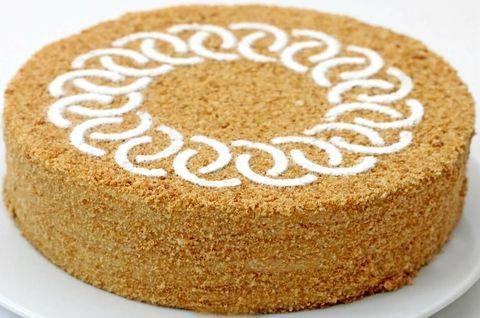 Торт Медовик без глютена украшен орнаментом из белой глазури